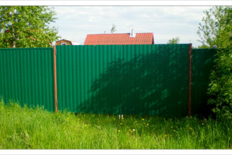 Забор из профнастала под дерево, Фото, №23, заборы из профнастила двустороннего