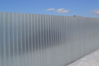 Забор из профнастала под дерево, Фото, №24, заборы из профнастила оцинкованного
