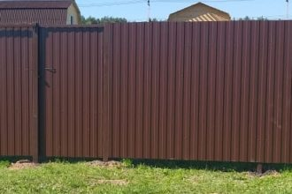Забор из профнастала под дерево, Фото, №22, заборы из профнастила одностороннего