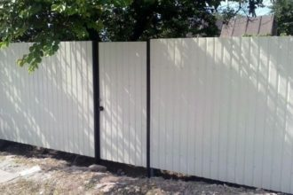 Забор из профнастила двухстороннего, Фото, №27, Заборы из белого профнастила