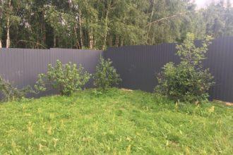 Забор из профнастала под дерево, Фото, №39, Заборы из серого профнастила