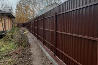Забор из профнастала под дерево, Фото, №40, заборы из профнастила с фундаментом