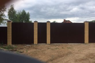 Забор из профнастала под дерево, Фото, №41, заборы из профнастила с кирпичными столбами