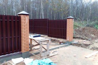 Забор из двухстороннего штакетника, Фото, №43, ЕВРОШТАКЕТНИК С КИРПИЧНЫМИ СТОЛБАМИ