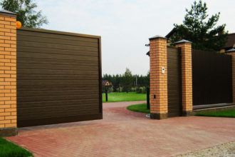 Откатные ворота из штакетника, Фото, №4, Откатные ворота с кирпичными  столбами
