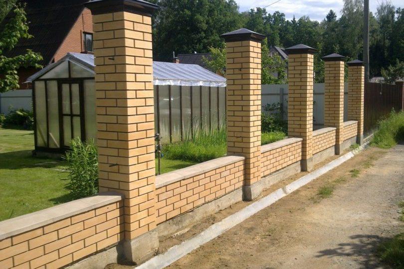 Забор из профнастала с кирпичными столбами, Фото, №4