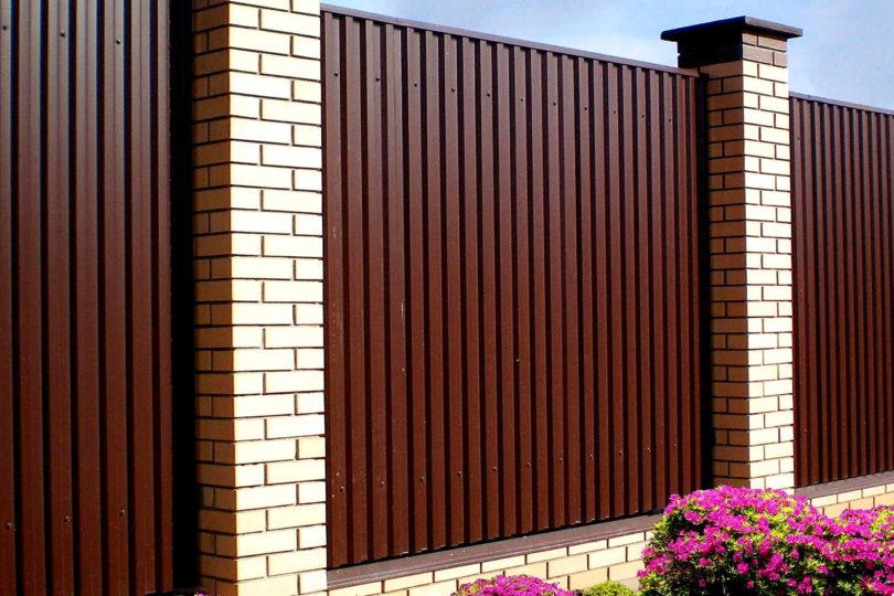 Забор из профнастала с кирпичными столбами, Фото, №1