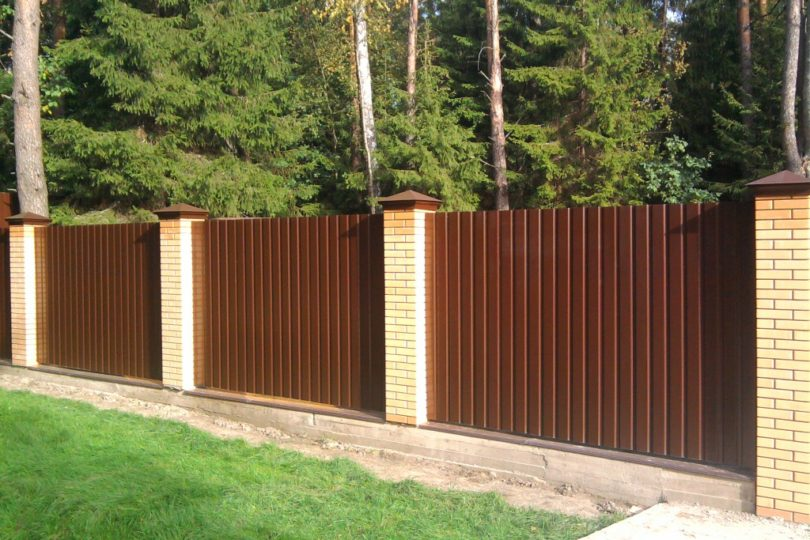 Забор из профнастала с кирпичными столбами, Фото, №2