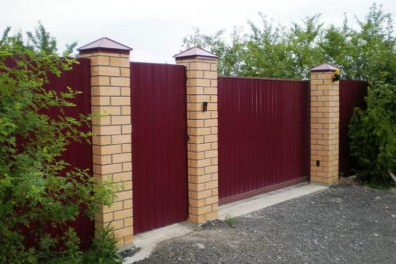 Забор из профнастала с кирпичными столбами, Фото, №3