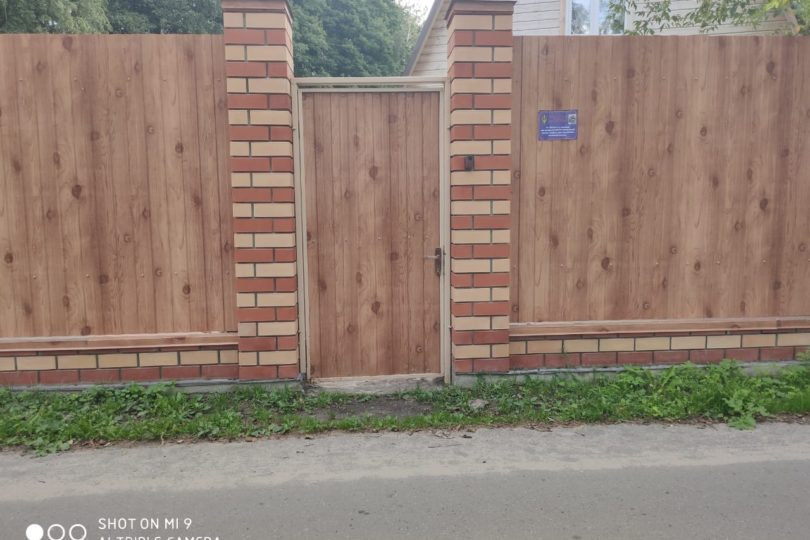 Забор из профнастала под дерево, Фото, №2