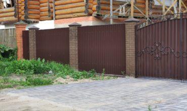 Забор из профнастила высотой 2 метра