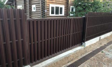 Забор из штакетника с откатными воротами, Фото, № 1