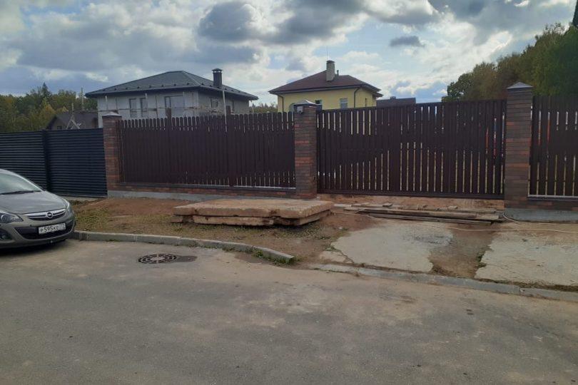 Забор из штакетника с кирпичными столбами, Фото, №5