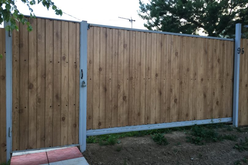 Забор из профнастала под дерево, Фото, №5