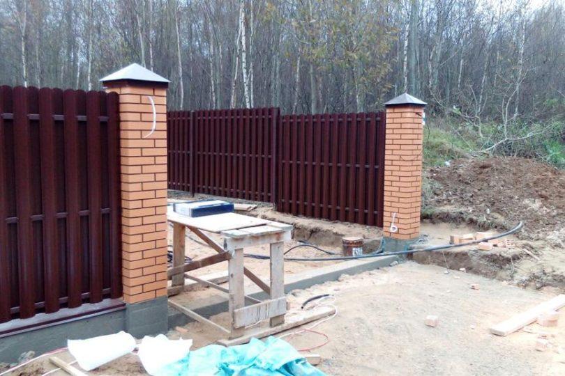 Забор из штакетника с кирпичными столбами, Фото, №1