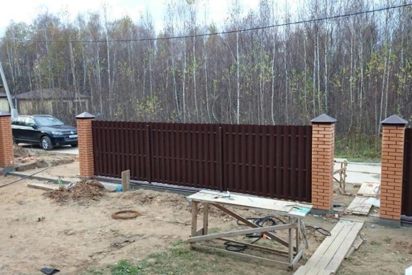 Забор из штакетника с кирпичными столбами, Фото, №4