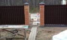 Забор из штакетника с кирпичными столбами, Фото, №8