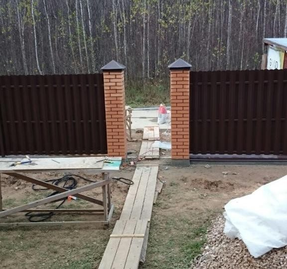 Забор из штакетника с кирпичными столбами, Фото, №2